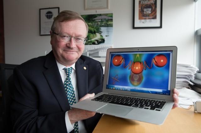 연구를 주도한 조세프 허만 교수가 컴퓨터그래픽으로 표현한 연구결과를 들어보이고 있다.ㅋ - 오하이오주립대 제공